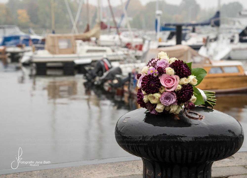 Stillleben, Brautstrauß auf Poller, Foto Jana Bath 2016