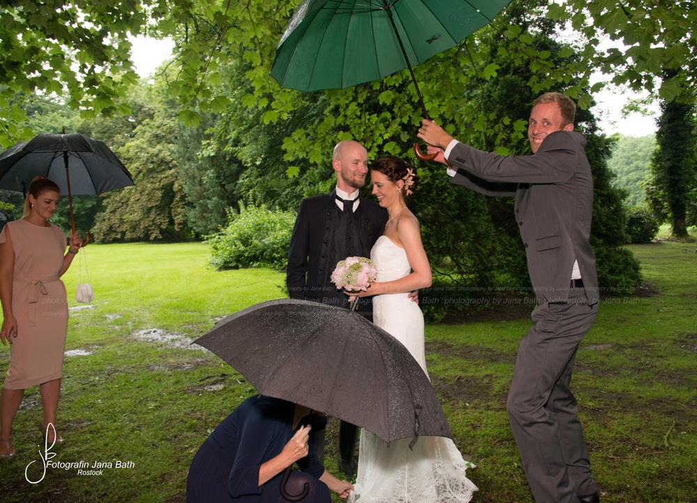 So viele Schirme. Zwei für das Brautpaar, einen für die Brautmama, welche das Kleid zurecht zupft und einen für mich... Ich bin natürlich nicht zu sehen, aber stehe auch unter einem Schirm, welcher vom Bruder des Bräutigams gehalten wurde. Am meisten aber, hat mich der große, fröhliche Kerl, beeindruckt ... Seine Fröhlichkeit war einfach ansteckend! Wenn Du das liest - DANKESCHÖN für diesen tollen Körpereinsatz!