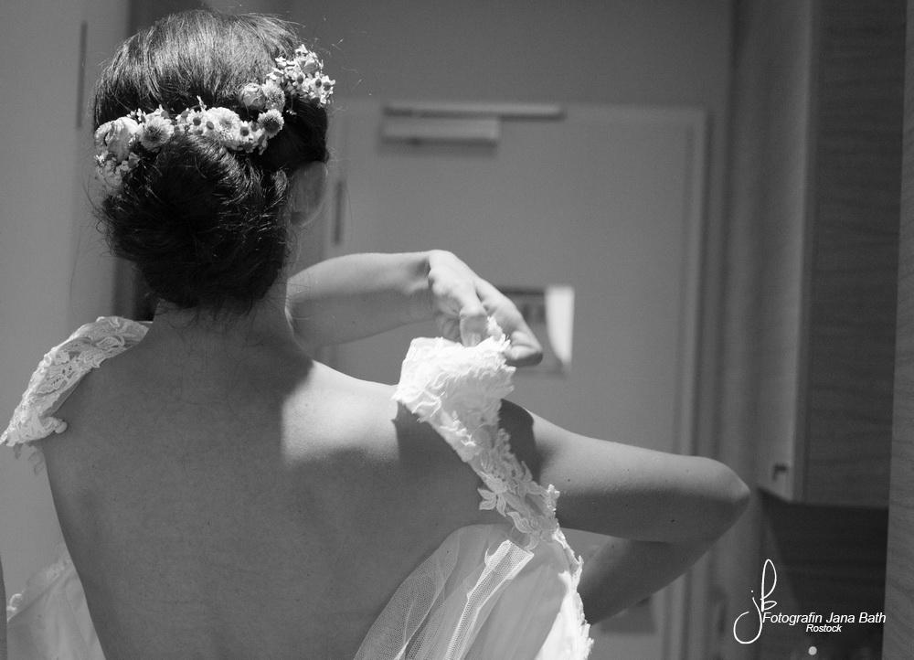 ... das Brautkleid wird angezogen