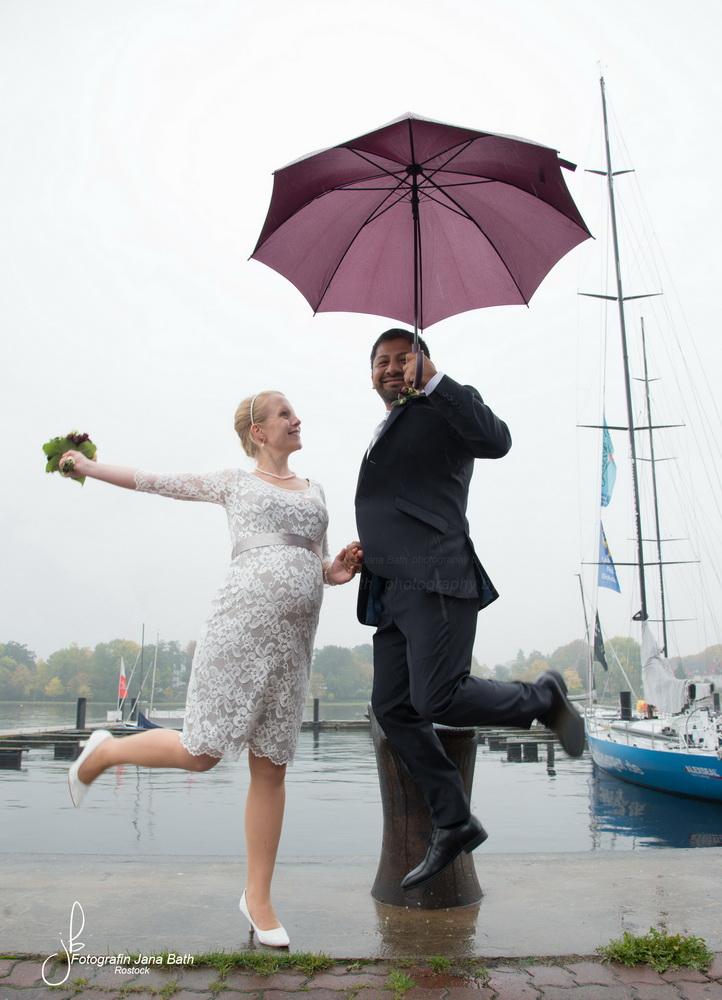 ... nur der Bräutigam darf springen, Foto Jana Bath