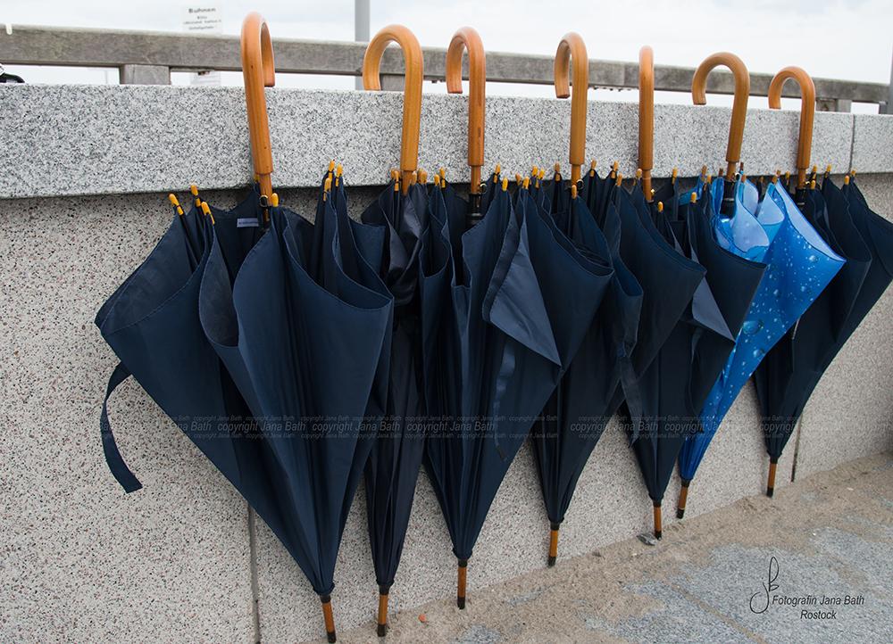 so viele Schirme wurden benötigt ... der hellblaue ist meiner, ich muss auch überall aus der Reihe tanzen ... Foto Jana Bath 2017