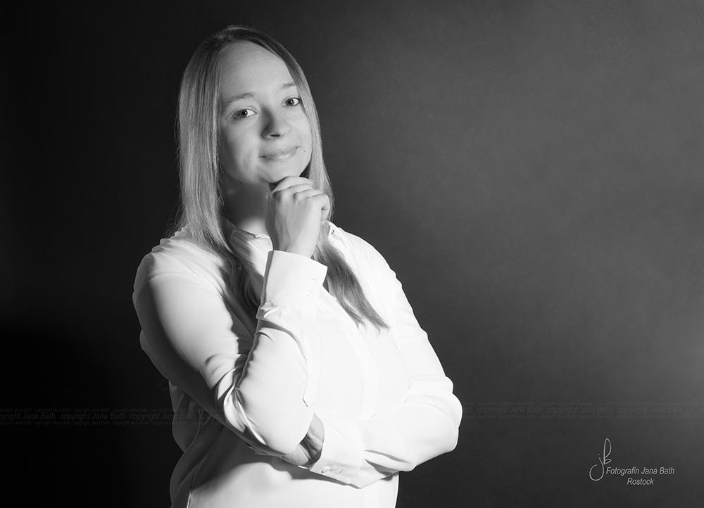 weibliches Business Portrait andere Ansicht in s/w - Foto Jana Bath Rostock